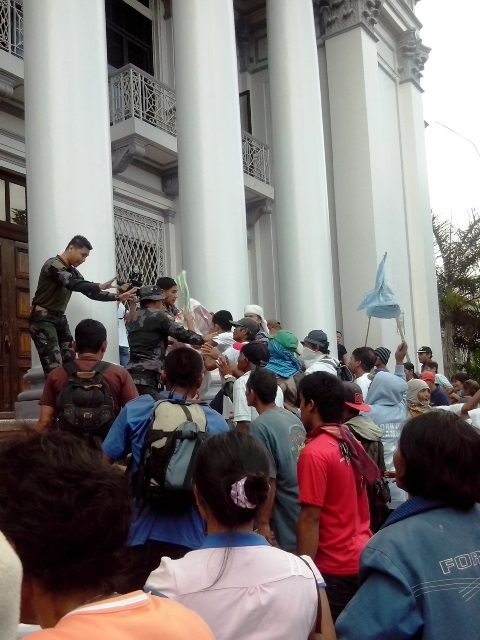 Campout in front of Negros capitol grounds, May 2014. [Photo courtesy of NFSW / bulatlat.com]