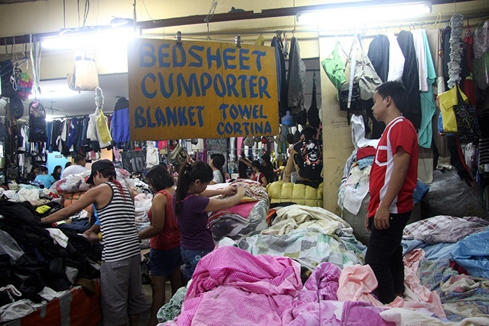 It can not be denied that many Filipinos are shopping for gifts as the Yuletide season rolls in.  But it seems the government is denying that the people's purchasing power is only good for second hand items, such as these pre-owned and discarded clothes selling briskly all over the country.  (Commonwealth, Quezon City)