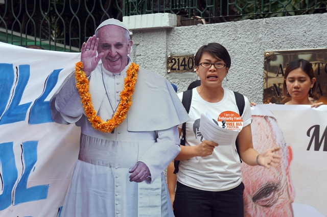 "Nikki Gamara, daughter of political prisoner Renante Gamara, has high hopes that her ""Lolo Kiko,"" referring to Pope Francis, will intercede for the release of political detainees. (Photo by J. Ellao / Bulatlat.com)"