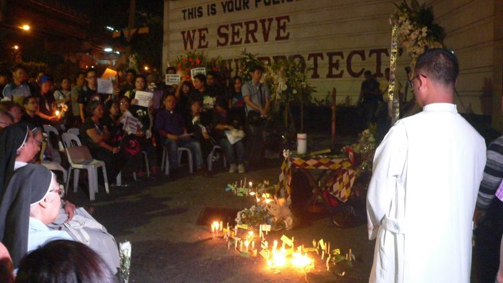 #mamasapano | A rare, tension-free prayer and candle-lighting gathering in front of Camp Crame