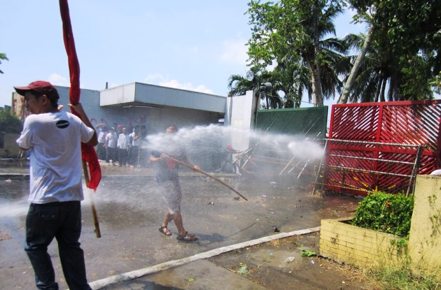 Picket of contractual workers in Tanduay Distillers Inc. being blasted by water from a firetruck early morning of May 19.  (Photo courtesy of Pamantik-KMU)
