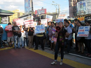 GMA 7 talents stage a protest action in front of GMA Network Inc. compound, June 5. (Photo by Ronalyn V. Olea / Bulatlat.com)