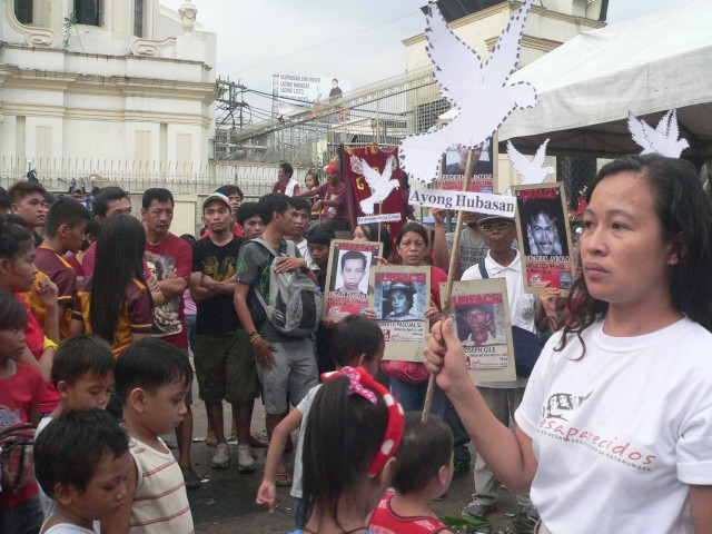 Aya Santos, Desaparecidos secretary general, speaks to the Quiapo crowd (Photo by D.Ayroso/Bulatlat.com)