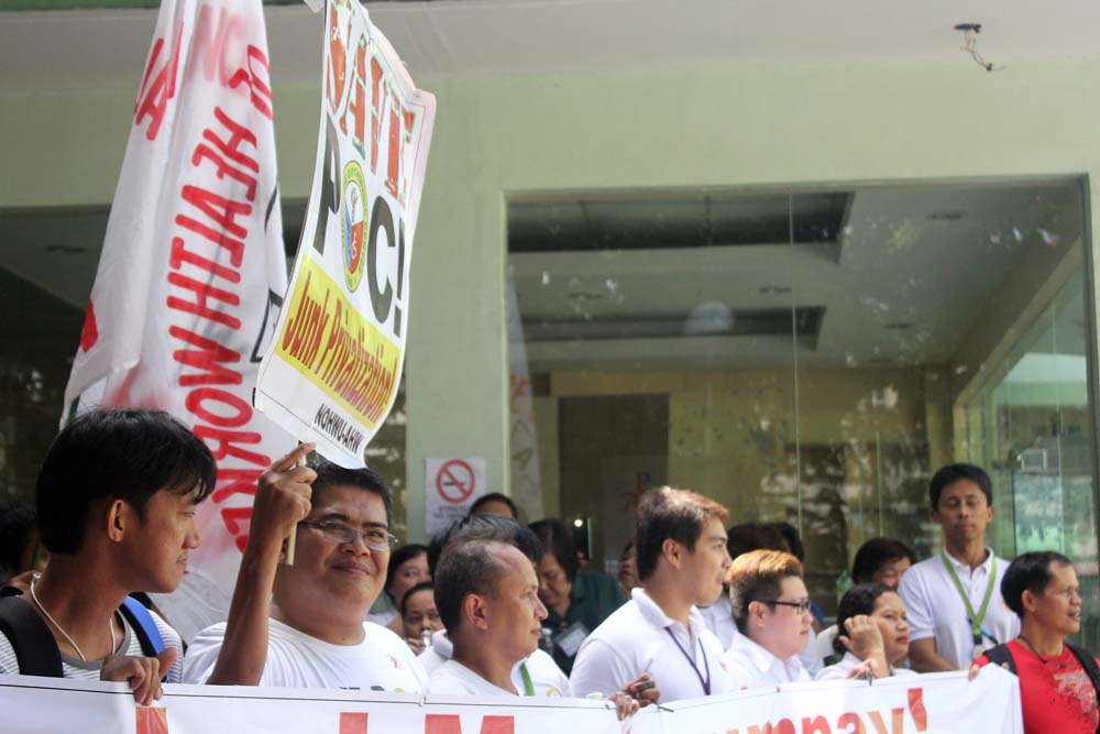 Philippine Orthopedic Center employees, health workers and professionals give thanks to those who supported their fight against privatization. ( Photo by A. Umil/ Bulatlat.com)
