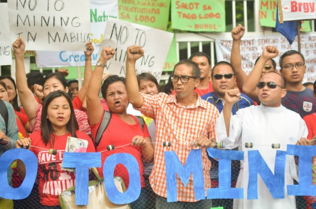 Residents, church people, and environmental advocates mobilized to oppose the impending large-scale mining project in Lobo, Batangas. (Photo by Loi Manalansan/Bulatlat.com)