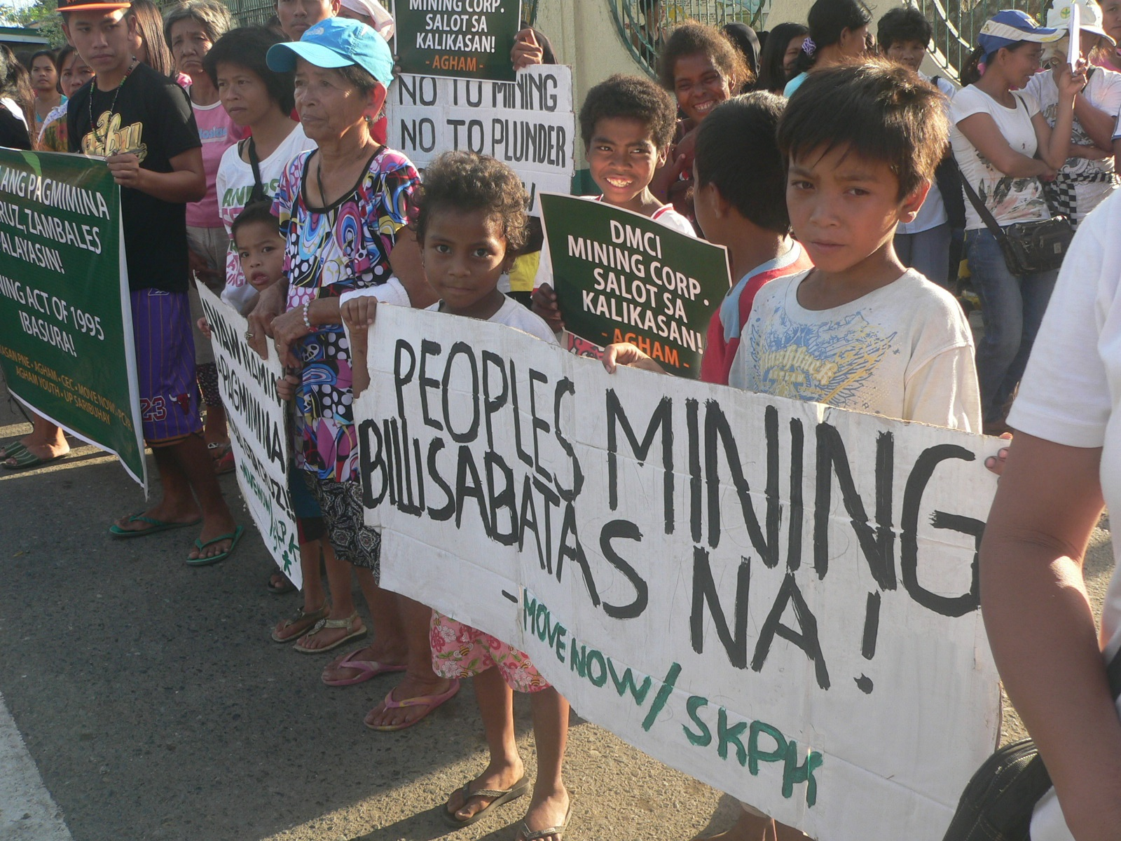 Ayta families join the protest against mining in Sta. Cruz, Zambales. (Photo by D.Ayroso/Bulatlat)