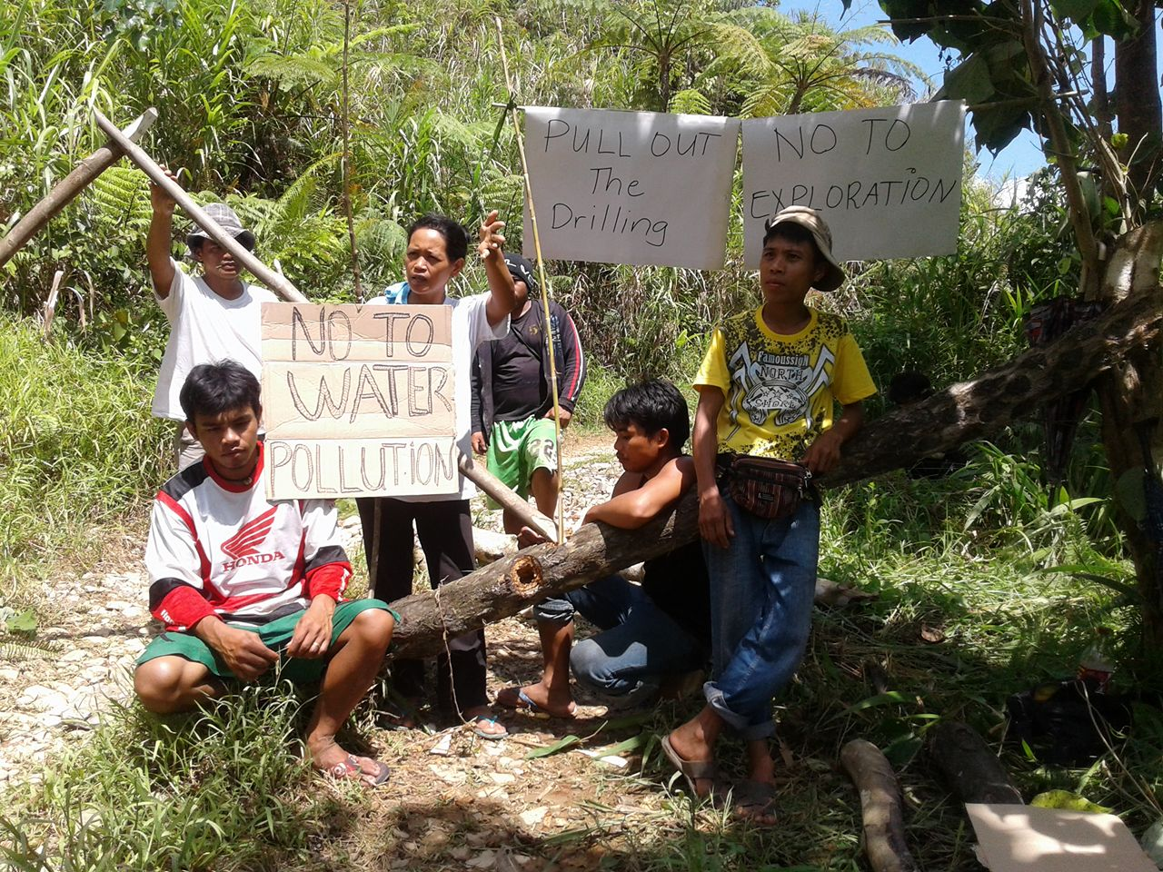 Didipio residents form blockade in sitio Camgat to bar the entry of OceanaGold's drilling machinery. (Contributed photo)