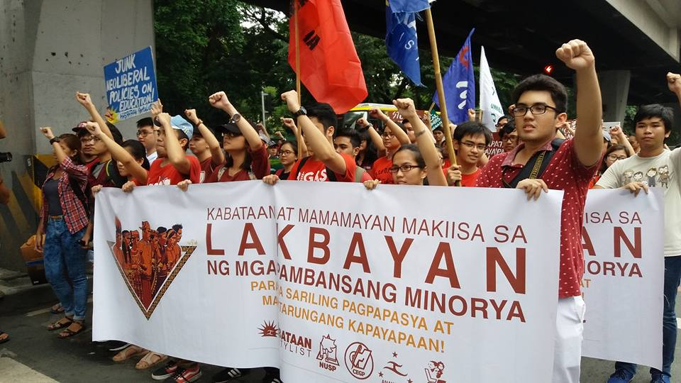 UP Manila students and faculty greet Lakbayanis along Taft avenue on Oct. 13 (Contributed photo)