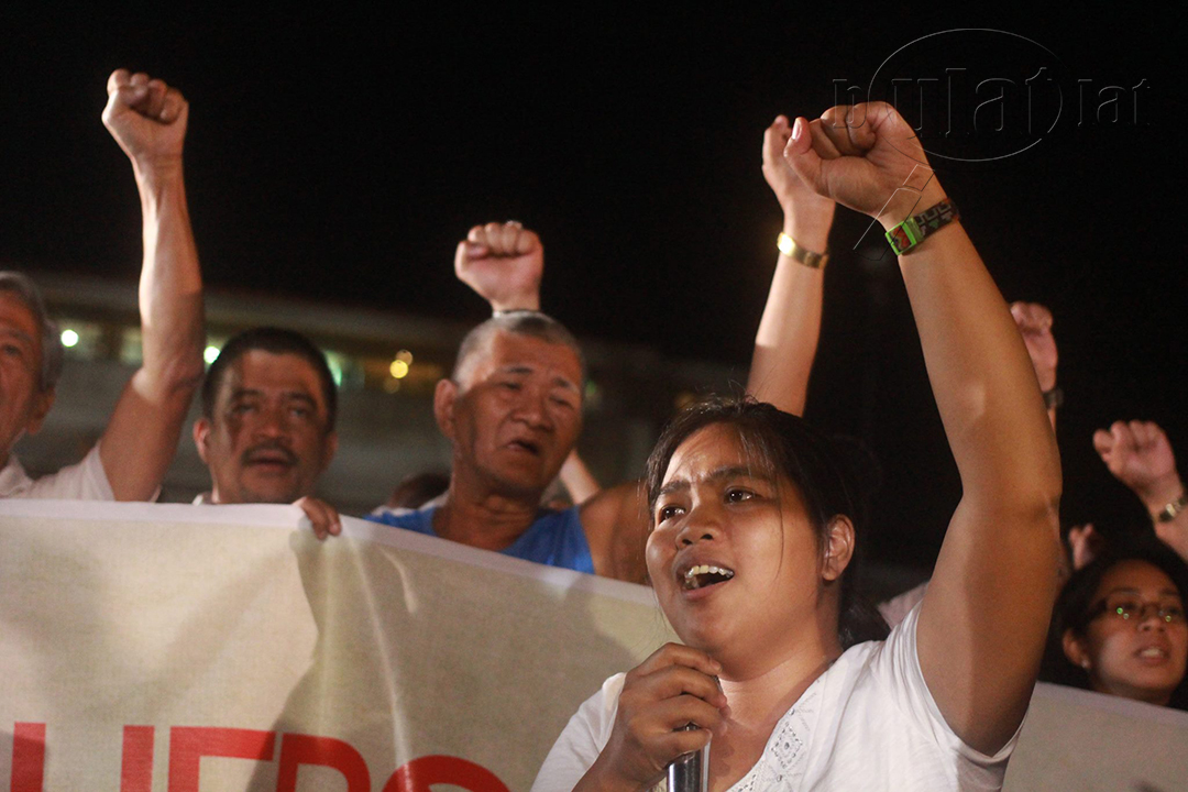 "Protesters sing ""Bayan Ko"" as a pledge to continue fighting for justice. (Photo by Gino Estella / Bulatlat)"