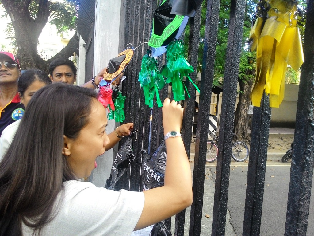 Teachers were not prevented from coming near the Gate 7 of Malacanang Palace. The teachers hope that President Rodrigo Duterte would hear their call for salary increase and the release of their performance bonus. (Photo by BULATLAT)