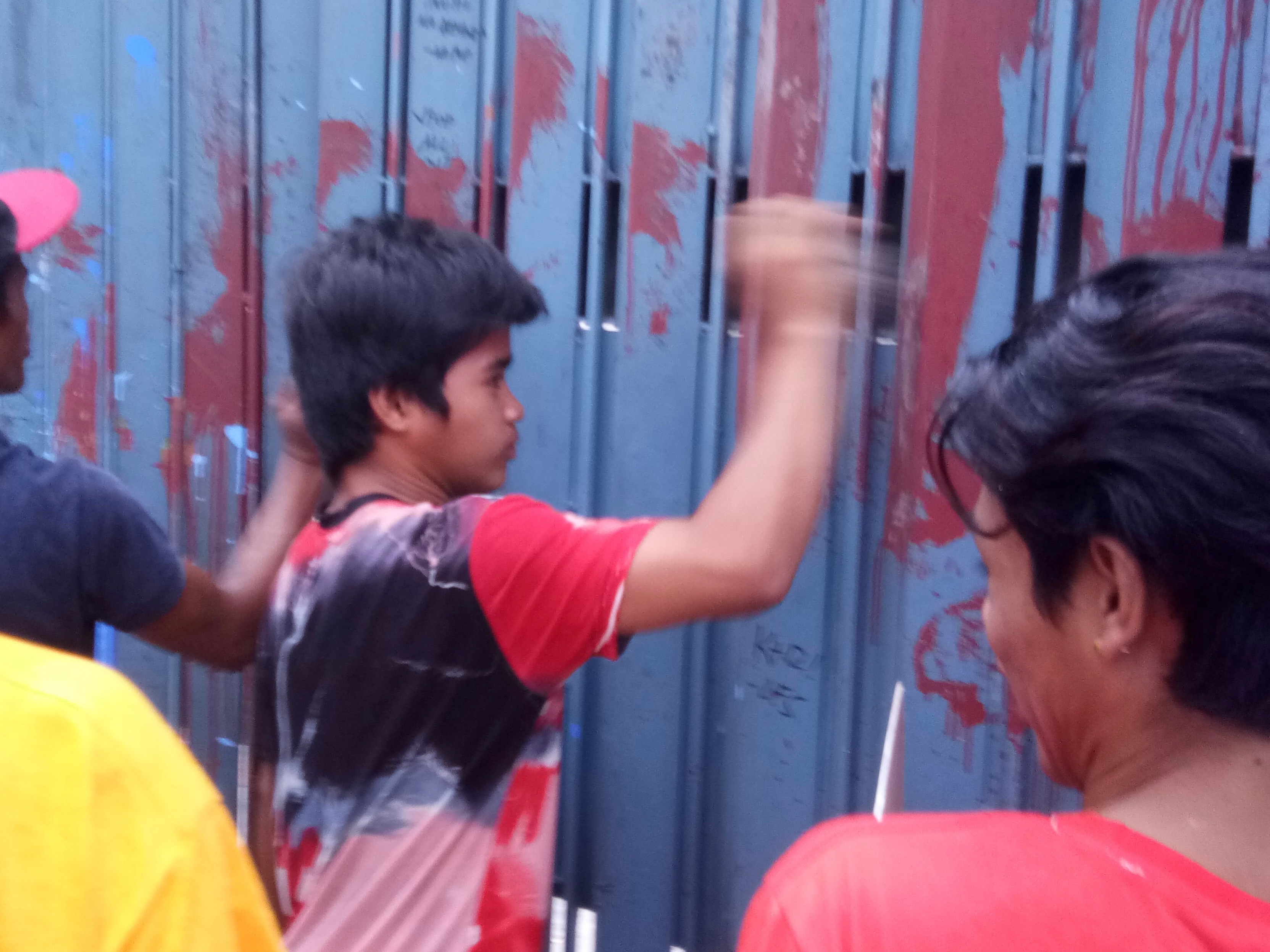 Protesters bang on Ched gates (Photo by Daniel Boone/Bulatlat)
