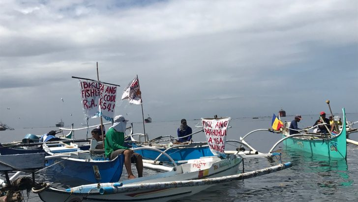 Navotas fisherfolk hold fluvial protest vs reclamation, demolition